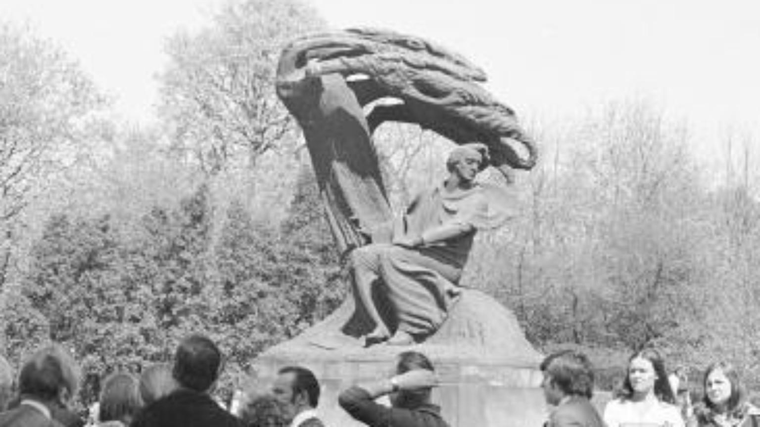 Zdjęcie dla kartki: Odsłonięcie zrekonstruowanego pomnika Fryderyka Chopina w Łazienkach