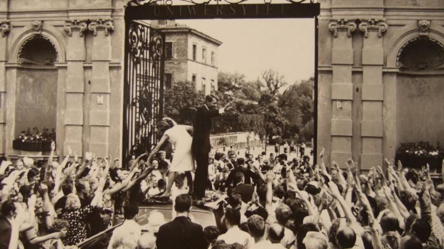 Zdjęcie dla kartki: Robert Kennedy zdobywa serca warszawiaków