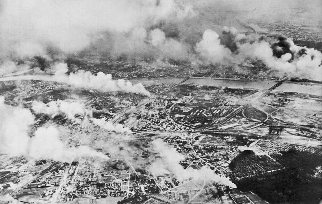 """Zdjęcie dla kartki: """"Czarny poniedziałek"""" – zmasowany nalot bombowy na Warszawę"""