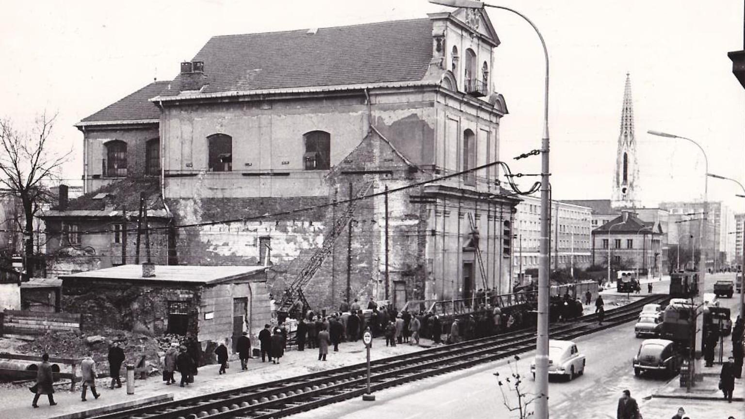 Zdjęcie dla kartki: Przesunięcie kościoła przy al. Solidarności (d. al. Świerczewskiego)