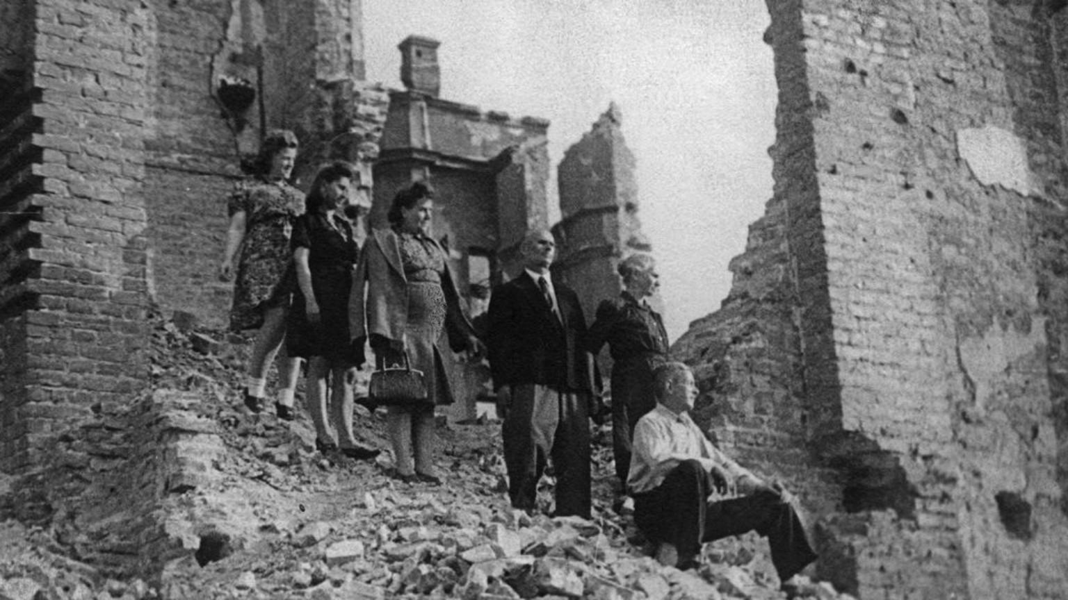 Zdjęcie dla kartki: Warszawa świętuje koniec wojny