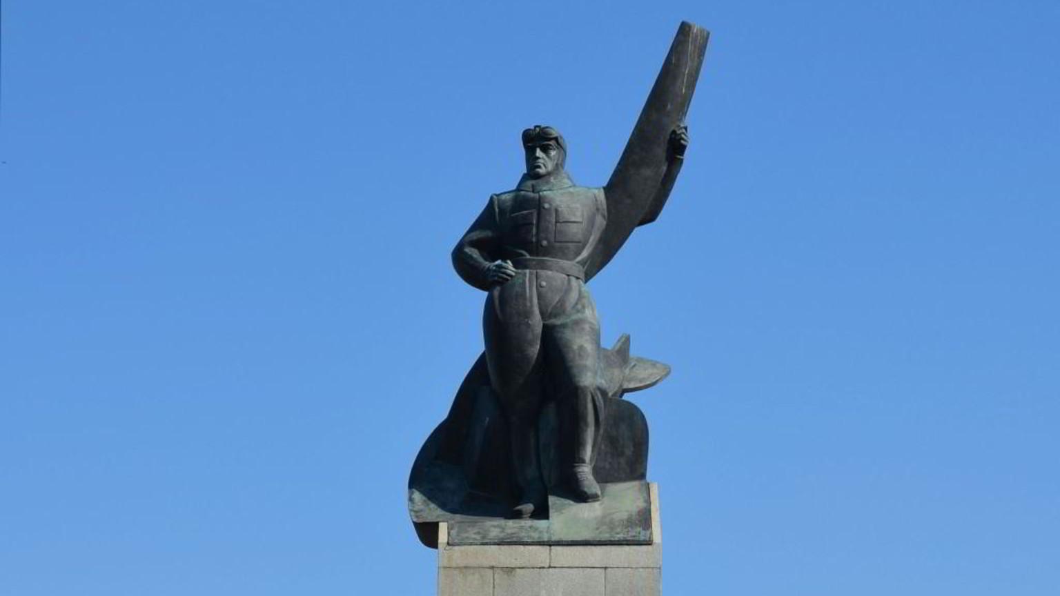 Zdjęcie dla kartki: Odsłonięcie zrekonstruowanego pomnika Lotnika