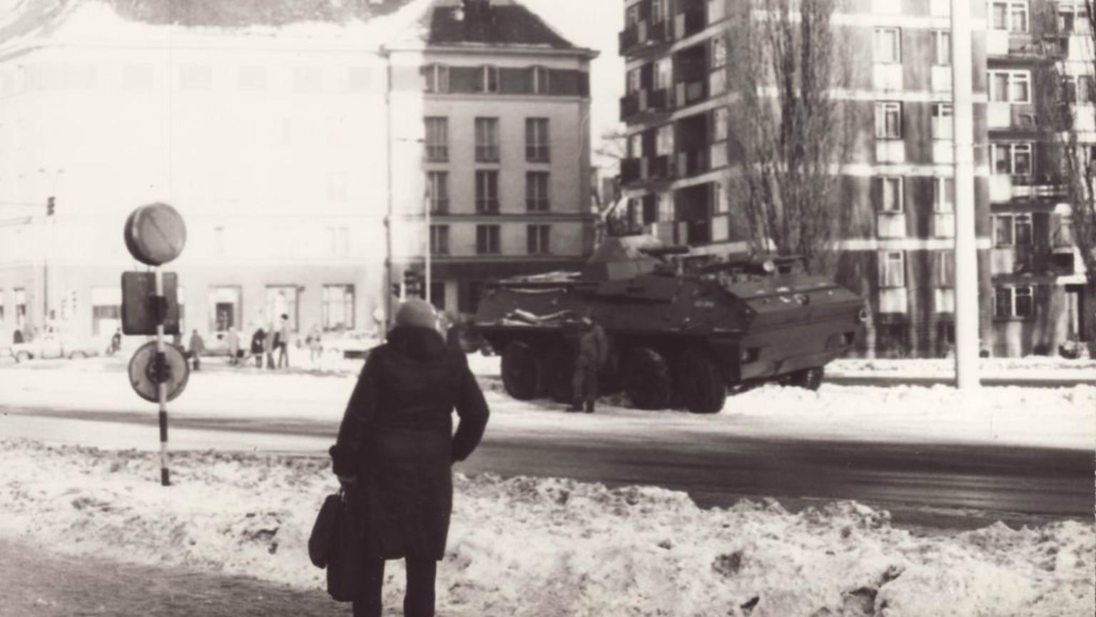 Zdjęcie dla kartki: Stan wojenny na ulicach Warszawy