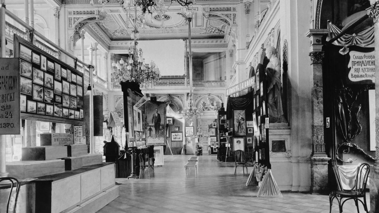 Zdjęcie dla kartki: Pierwsza wystawa fotograficzna w Warszawie