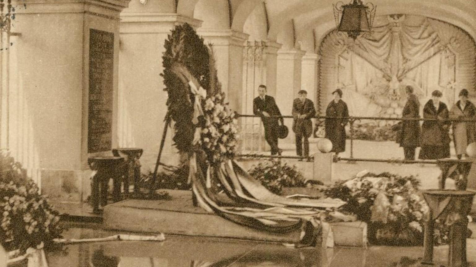 Zdjęcie dla kartki: Złożenie zwłok Nieznanego Żołnierza do grobu w arkadach pałacu Saskiego