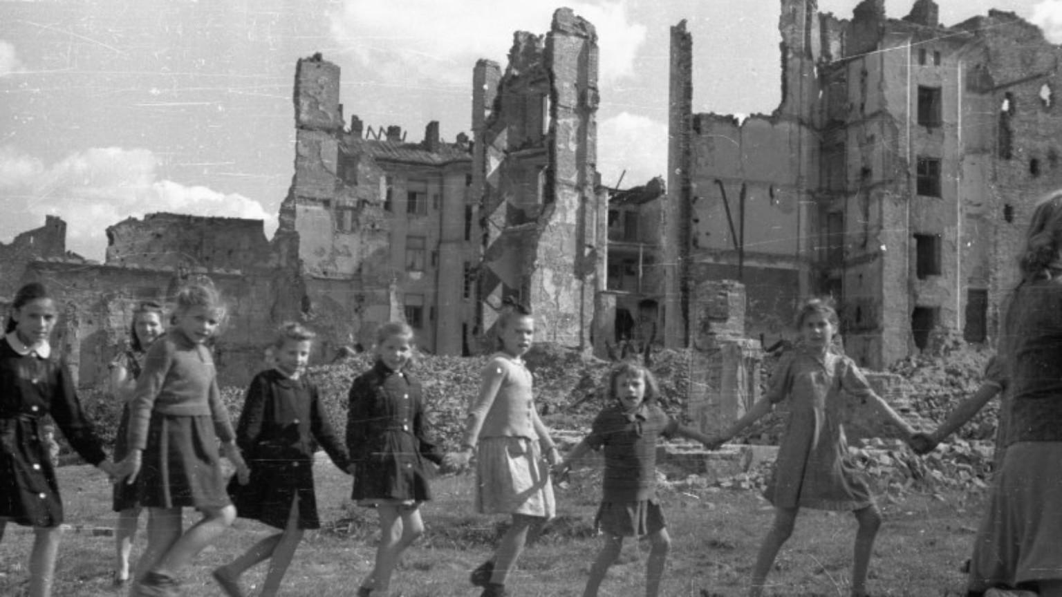Zdjęcie dla kartki: Dzieci w powojennej Warszawie