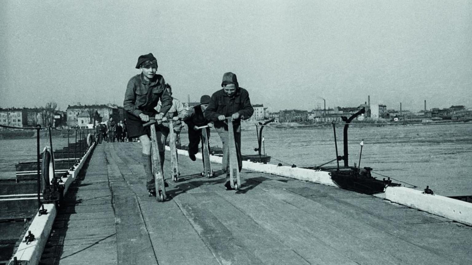 Zdjęcie dla kartki: Most pontonowy przy Karowej