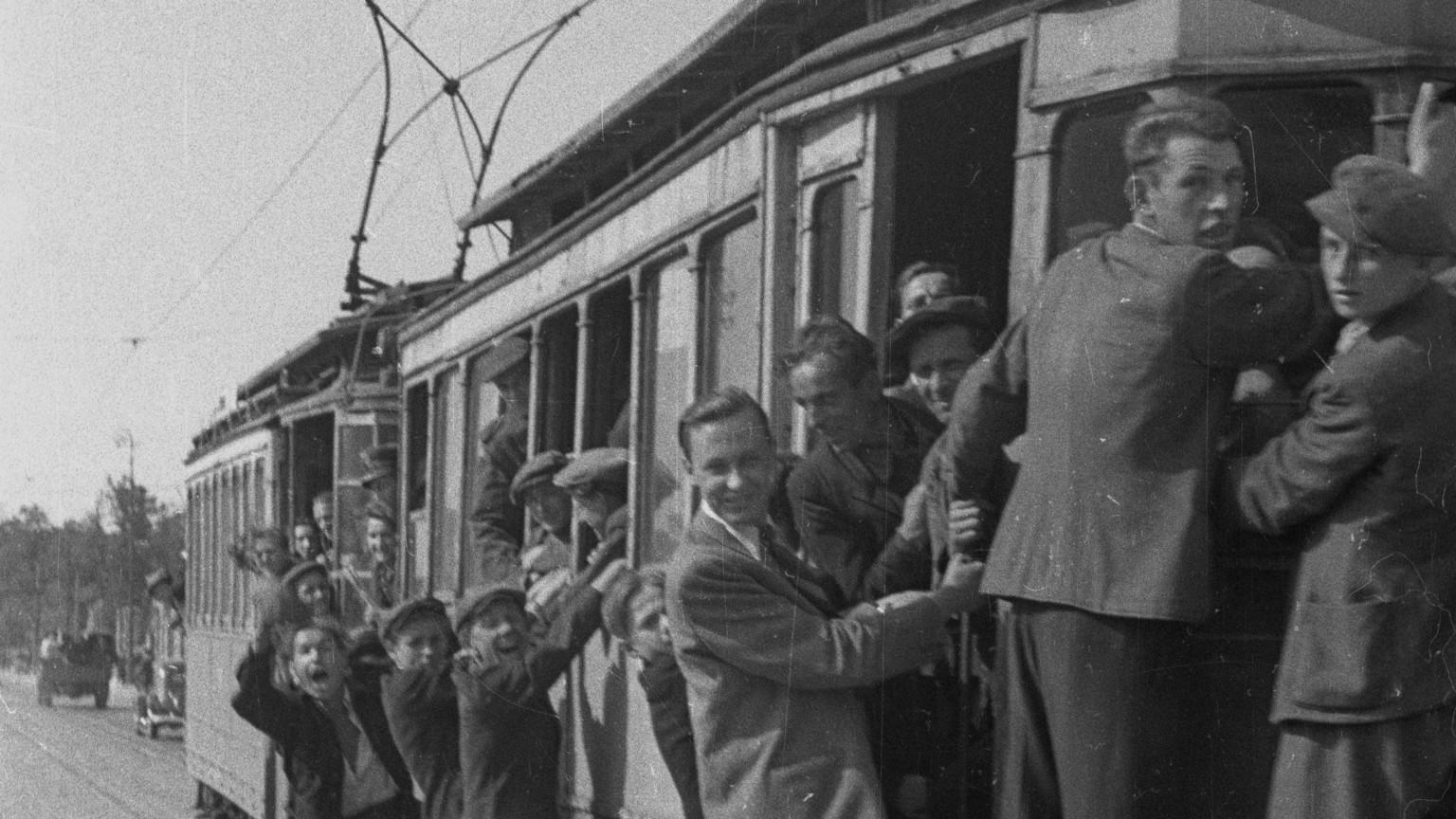 Zdjęcie dla kartki: Pierwszy tramwaj po wojnie